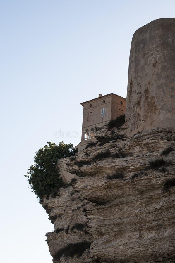 Corsica, Bonifacio, linia horyzontu, cytadela, stara grodzka cieśnina Bonifacio, Śródziemnomorska, wapień, faleza, skały, Bouches zdjęcie stock