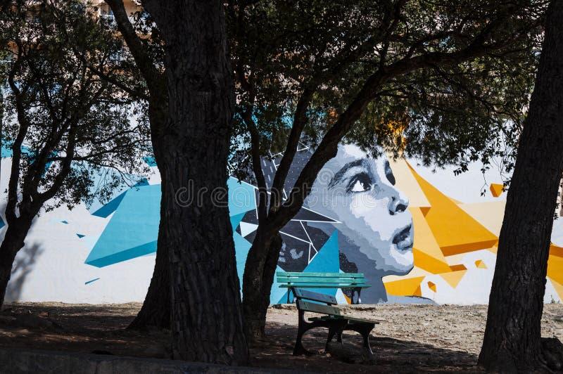 Corsica, Haute Corse, ławka, drzewo, park, murales, graffiti, dzieciństwo, uliczna sztuka, Francja, Europa zdjęcia royalty free