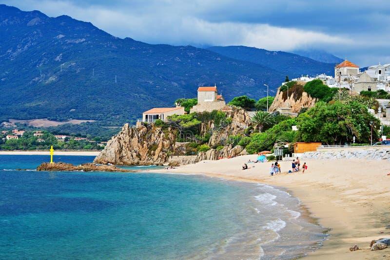 Corsica-mening van het strand in Propriano stock foto's