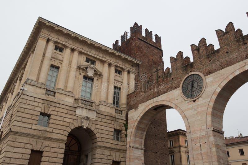 Corso波尔塔Nuova街道和中世纪门Portoni della胸罩,维罗纳,意大利 库存照片