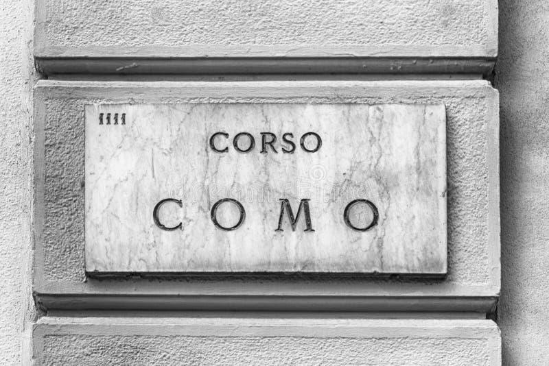 Corso的科莫,偶象街道路牌在米兰,意大利 免版税库存图片