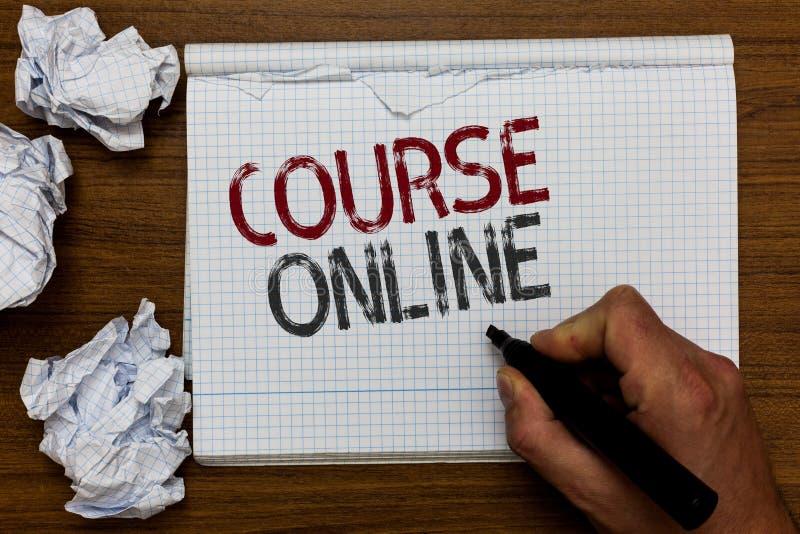 Corso del testo della scrittura online Nota distante dell'indicatore della tenuta dell'uomo della classe di Digital di studio di  fotografie stock