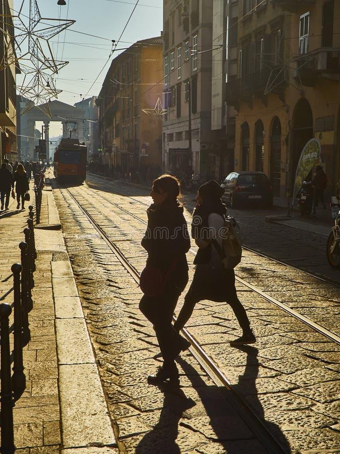 Corso Di Porta Ticinese ulica z Porta Ticinese w tle Mediolan, Lombardy, Włochy fotografia stock