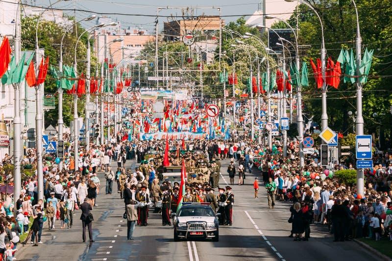 Cortège cérémonieux de défilé sur la rue décorée de fête Célébration Victory Day 9 mai photo stock
