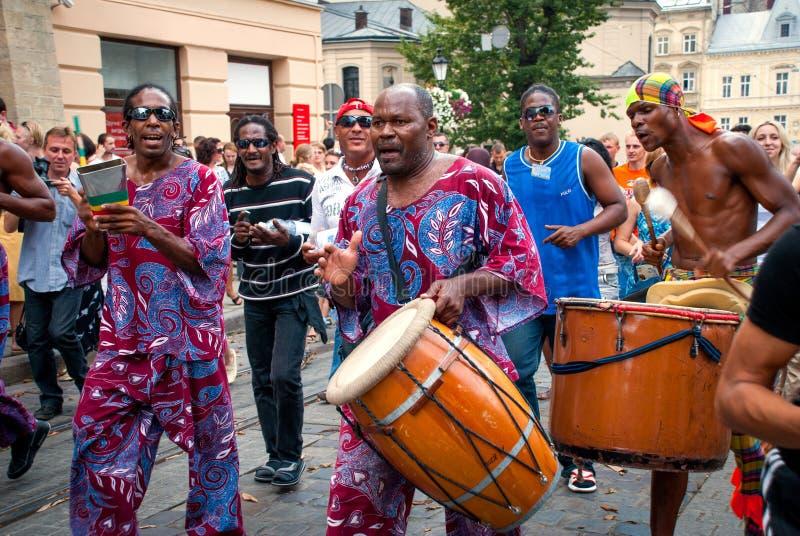 Cortège de musiciens de rue à Lviv image stock