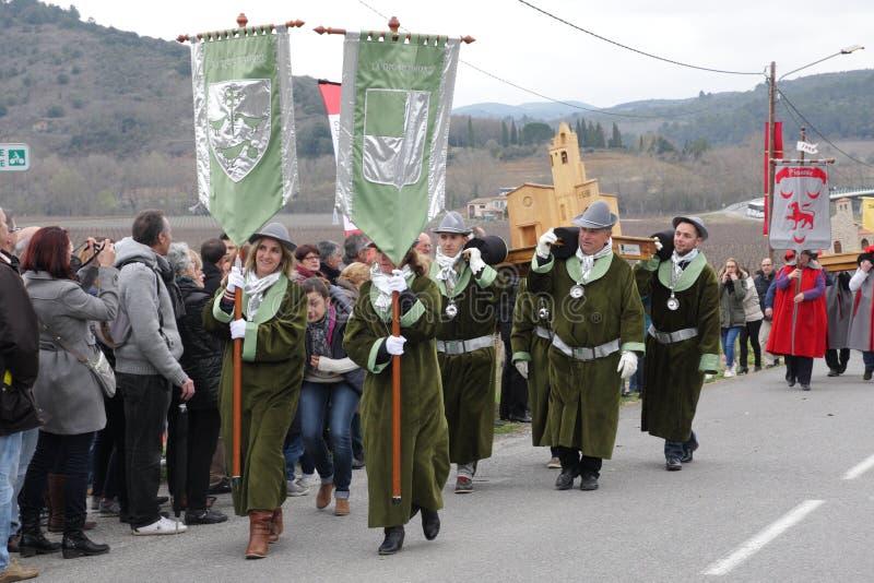 Cortège de personnes pendant le festival en Aude image stock
