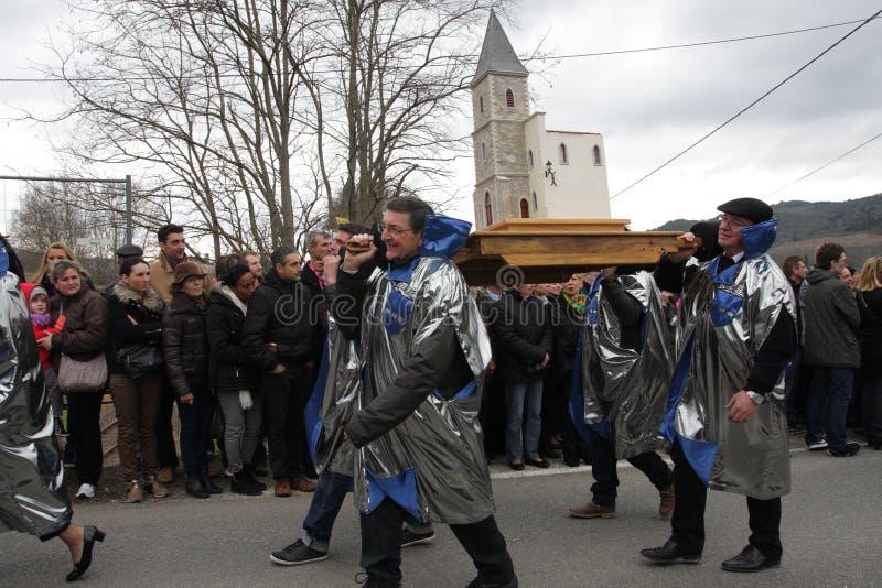 Cortège de personnes pendant le festival en Aude photos stock