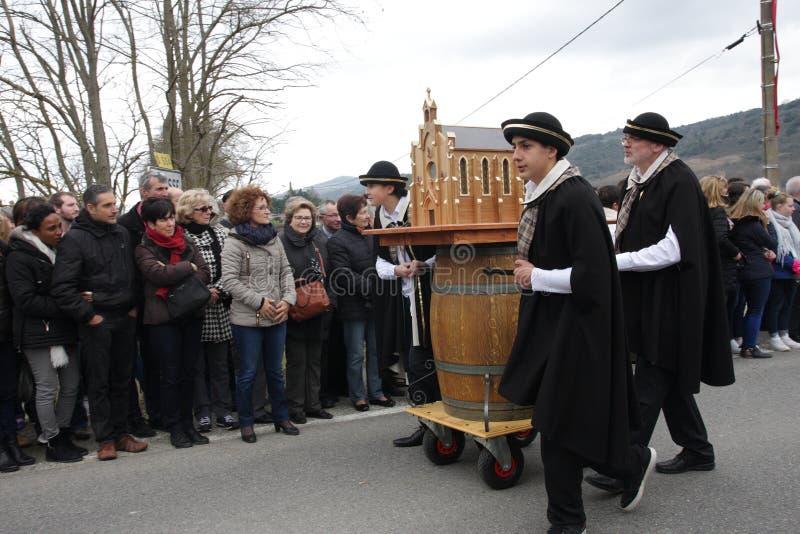 Cortège de personnes pendant le festival en Aude image libre de droits