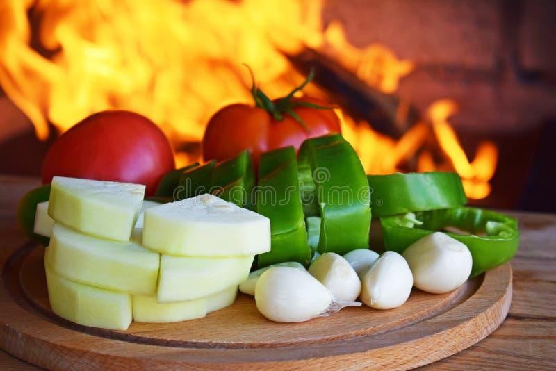 Cortó las verduras frescas para cocinar en el fuego fotografía de archivo
