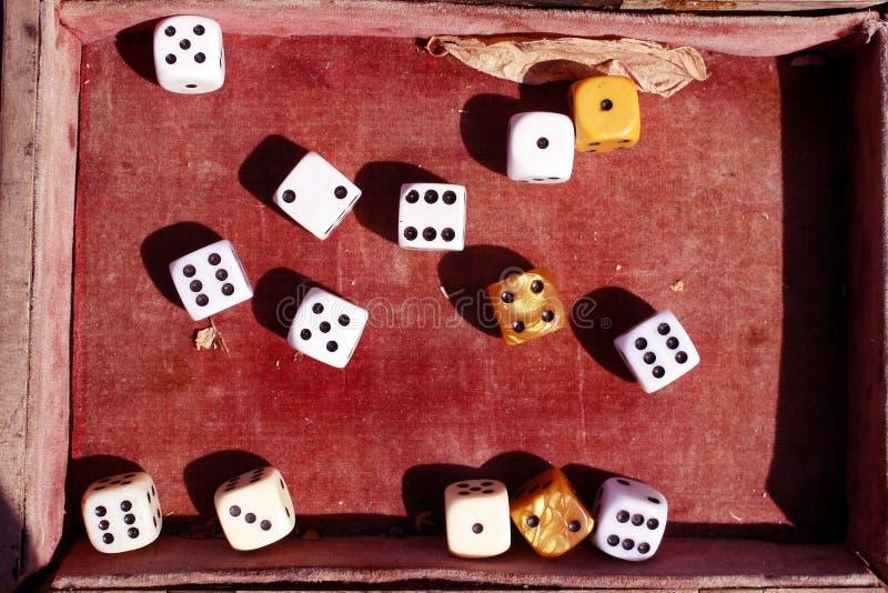Corta en cuadritos en una caja roja vieja del terciopelo Número afortunado y dados de oro Juego de azar imagen de archivo