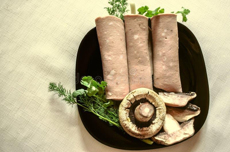 Corta o wrappeddas salsichas do cookedcom aneto, cebolas e coentro foto de stock
