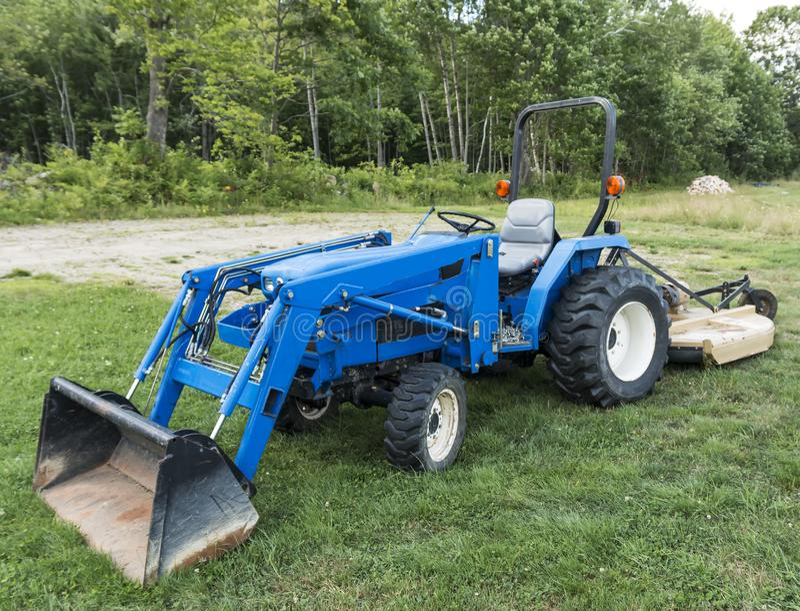 Cortacéspedes lwan del tractor azul fotos de archivo