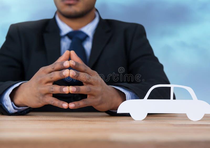 Cortado del coche con el modelo imagen de archivo