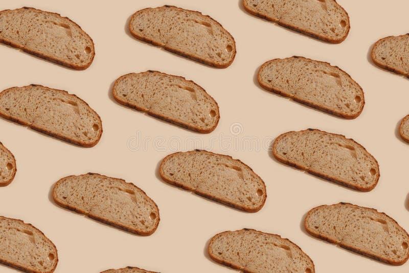 cortado del pan de centeno, aislado en un fondo marrón foto de archivo libre de regalías