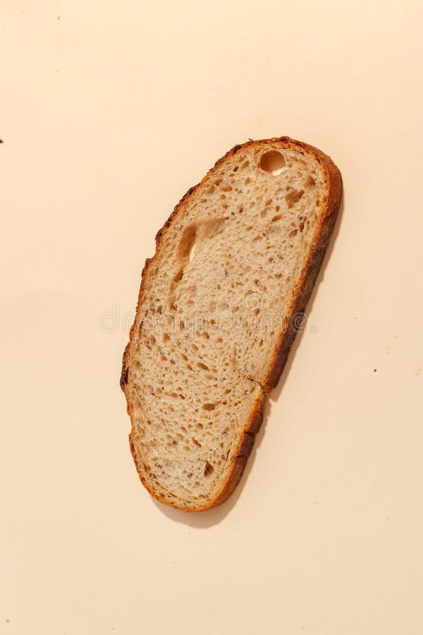 cortado del pan de centeno, aislado en un fondo marrón foto de archivo