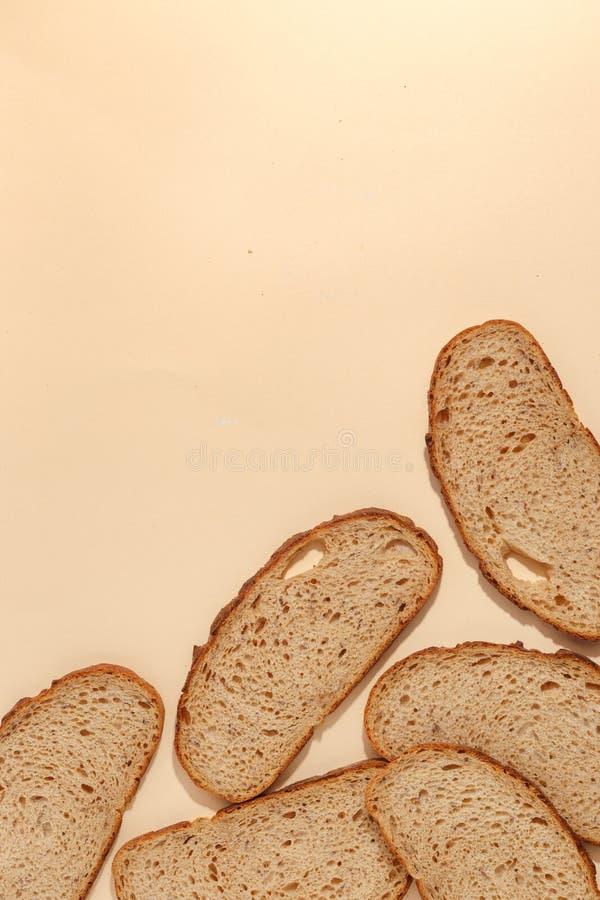 cortado do pão de centeio, isolado em um fundo marrom imagens de stock royalty free