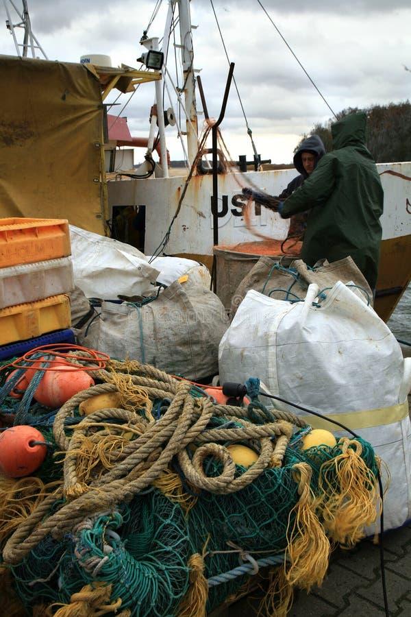 Cortador após a pesca no dia escuro, tormentoso imagem de stock