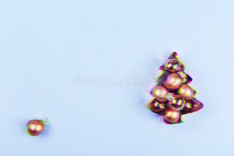Cortador de la galleta del cobre del árbol del día de fiesta por completo de las rondas color de rosa del oro en fondo azul Conce imagen de archivo