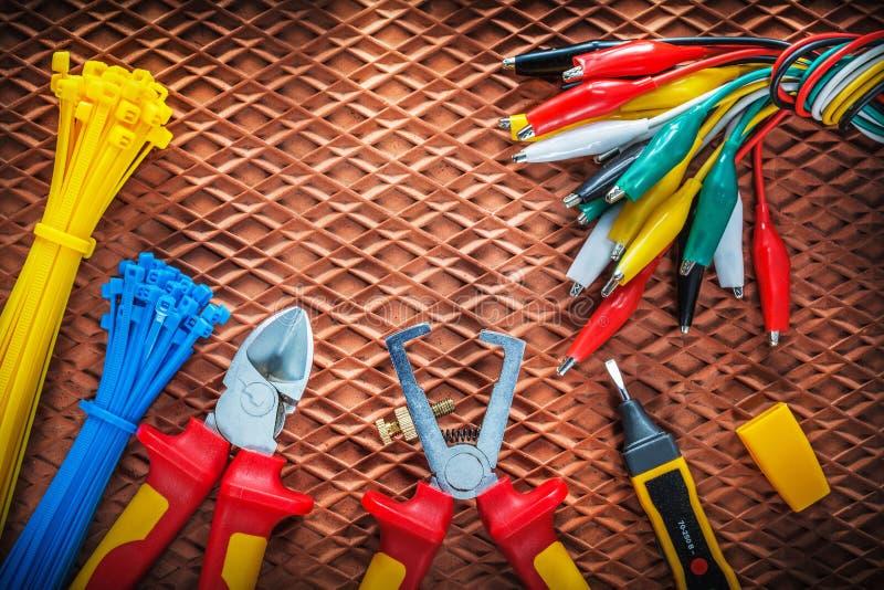 Cortador de los pelacables del aislamiento que ata el cr eléctrico del probador de los cables foto de archivo