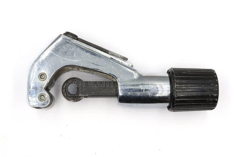 Cortador de tubulação do metal, encanador industrial que corta uma tubulação de cobre, cortador de tubulação isolado no fundo bra fotos de stock royalty free