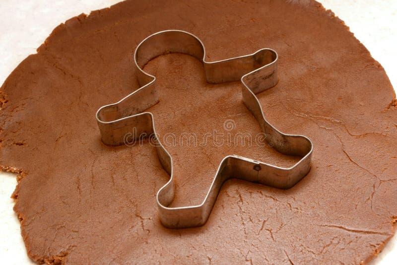 Cortador del hombre de pan de jengibre en la pasta de la galleta foto de archivo libre de regalías