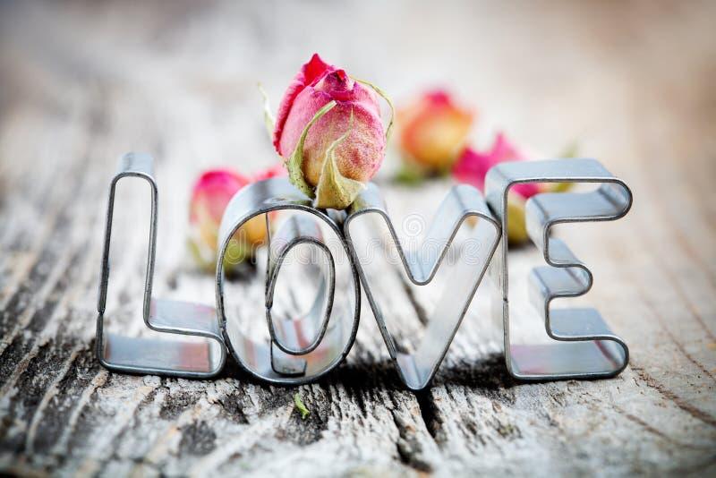 Cortador do bolinho do amor fotografia de stock