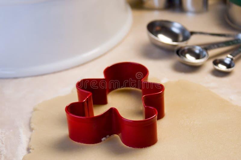 Cortador do bolinho e massa de pão vermelhos do bolinho foto de stock royalty free
