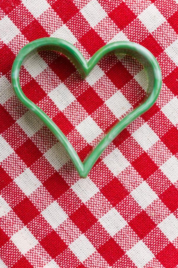 Cortador Heart-shaped do bolinho fotografia de stock royalty free