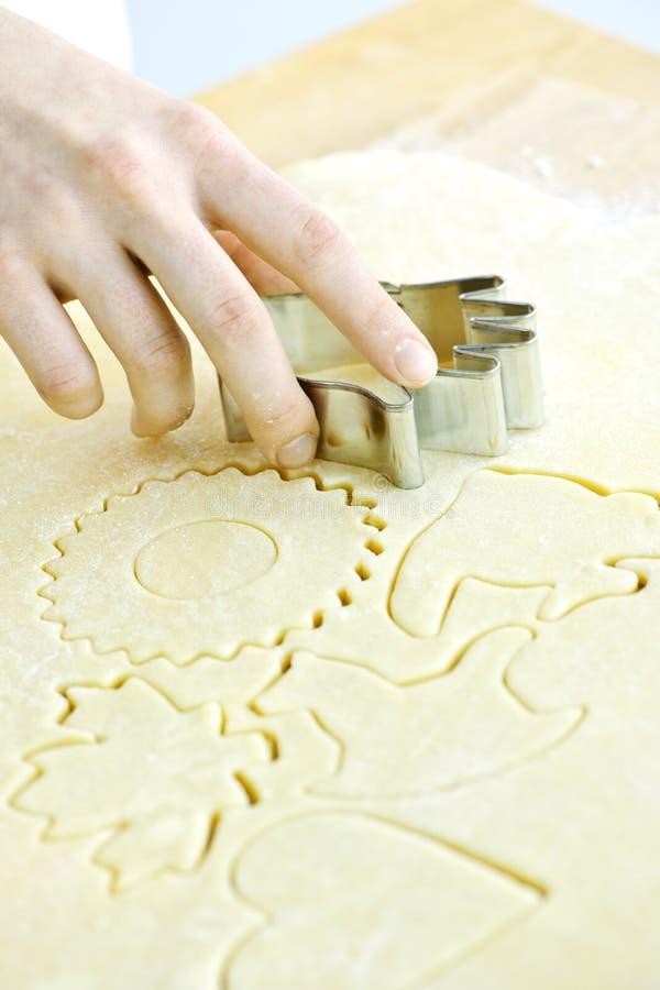 Cortador y pasta de la galleta foto de archivo