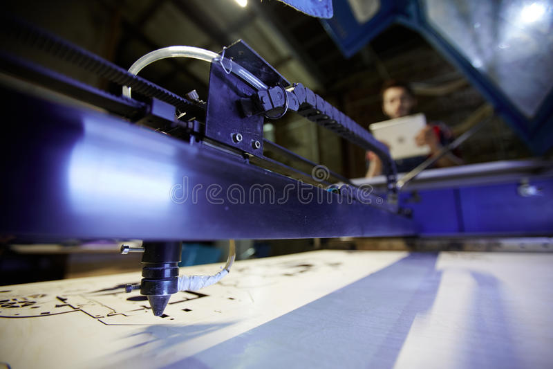 Cortadora del laser en taller de la fábrica fotografía de archivo