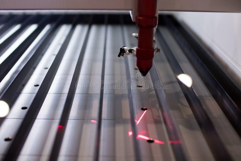 Cortadora profesional del laser luz laser de un trazador del CNC imagen de archivo