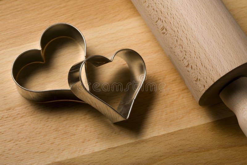 Cortadores dados forma coração do bolinho perto acima foto de stock royalty free