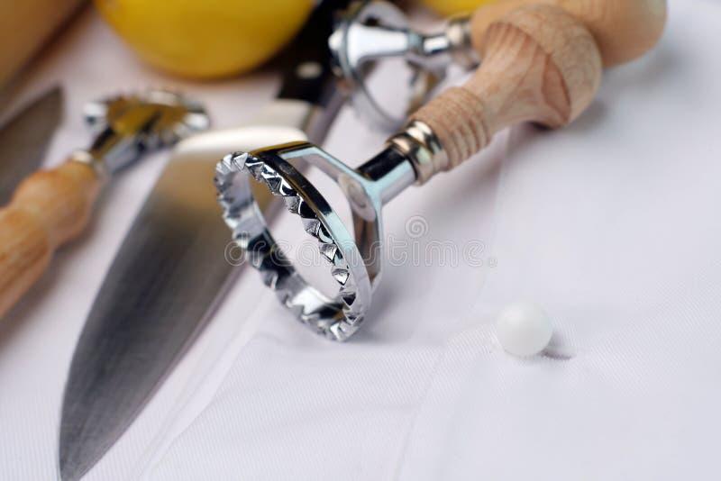 Cortadores de los raviolis y utensilios del cocinero; visión amplia imagen de archivo libre de regalías
