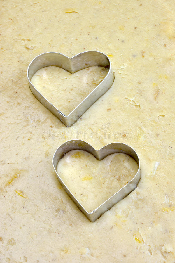 Cortadores do biscoito do coração na massa fotografia de stock