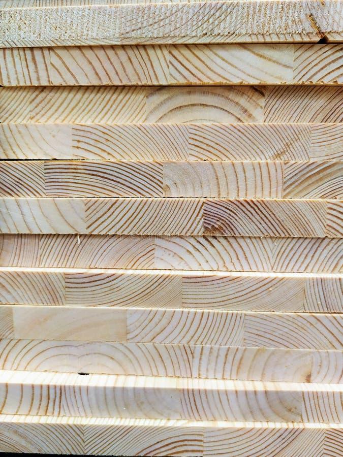 Cortan y mienten a los tableros de madera en uno a fotografía de archivo