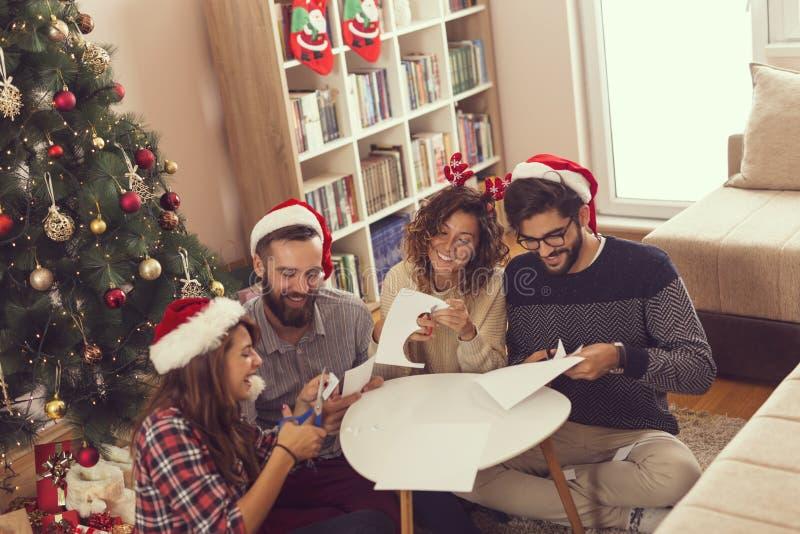 Cortando as decorações de papel do Natal fotografia de stock