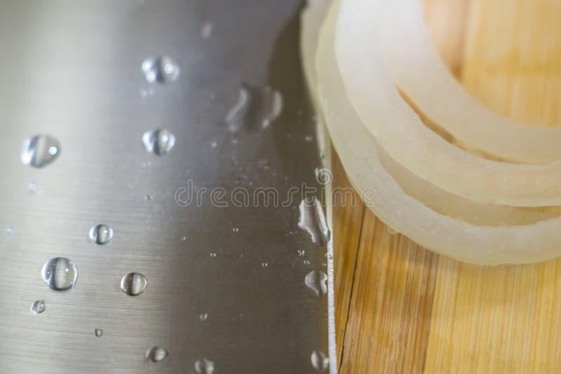 Cortando cebolas com uma faca imagem de stock royalty free