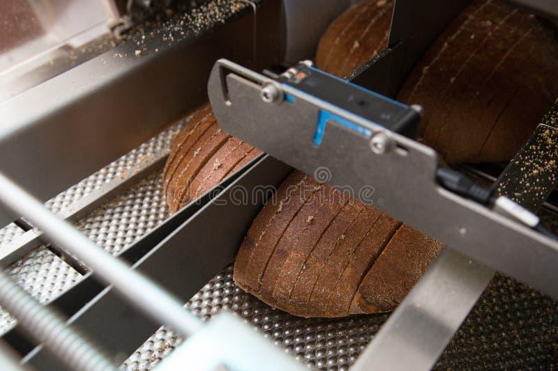 Cortando o pão de mistura fresco foto de stock