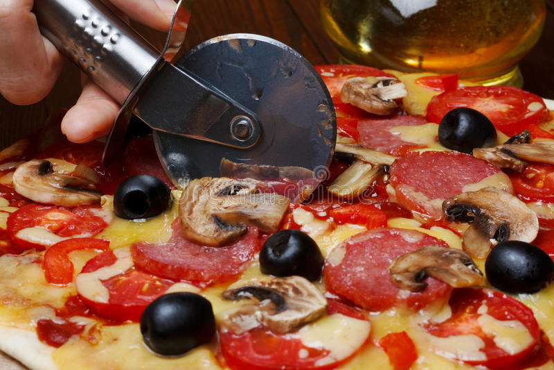 Cortando a pizza fresca fotografia de stock