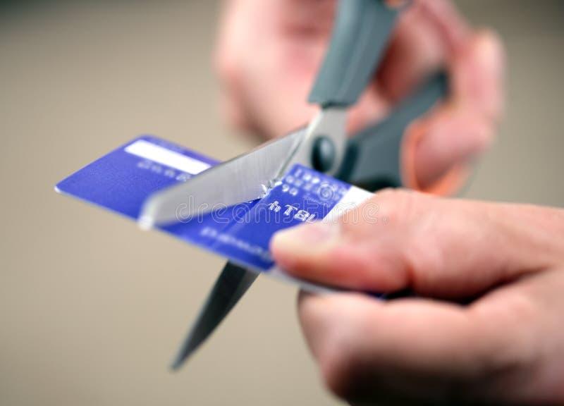 Cortando um cartão de crédito foto de stock