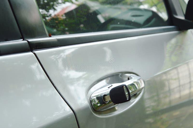 Cortante chave do carro no furo do punho para o estar aberto fotos de stock