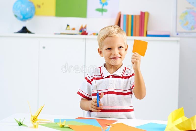 Cortar el papel colorido imagen de archivo
