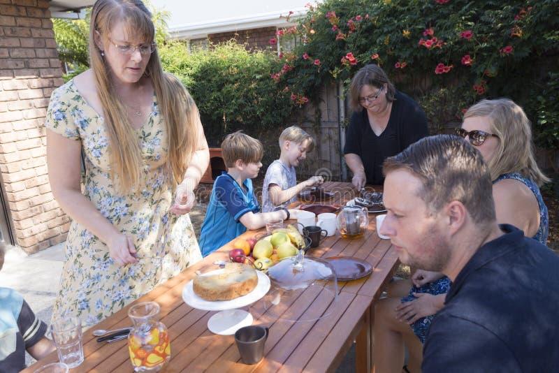 Cortar la torta para la familia imagen de archivo libre de regalías