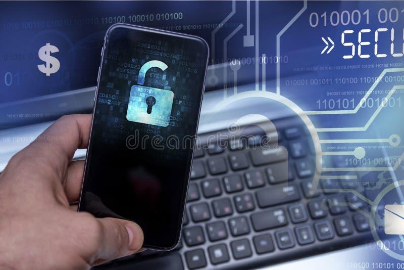Cortar los dispositivos móviles de los piratas informáticos Protección de datos en la nube foto de archivo
