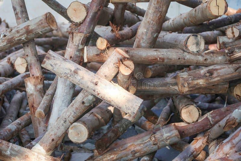 Cortar troncos apilados usados en tono oscuro fotografía de archivo