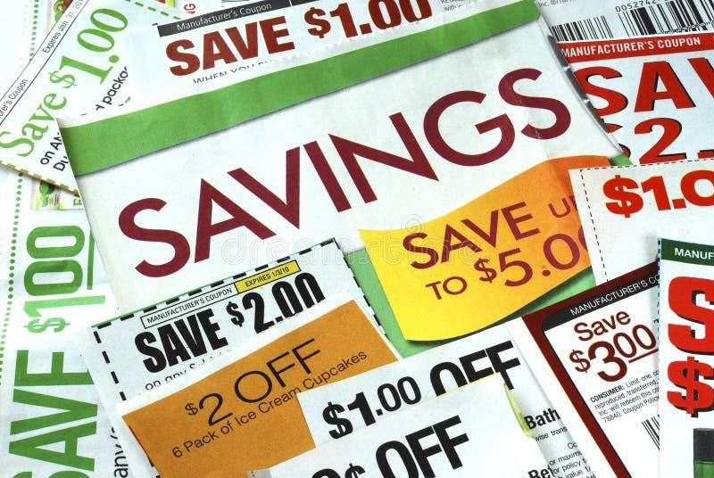 Corte algunas cupones para salvar el dinero foto de archivo