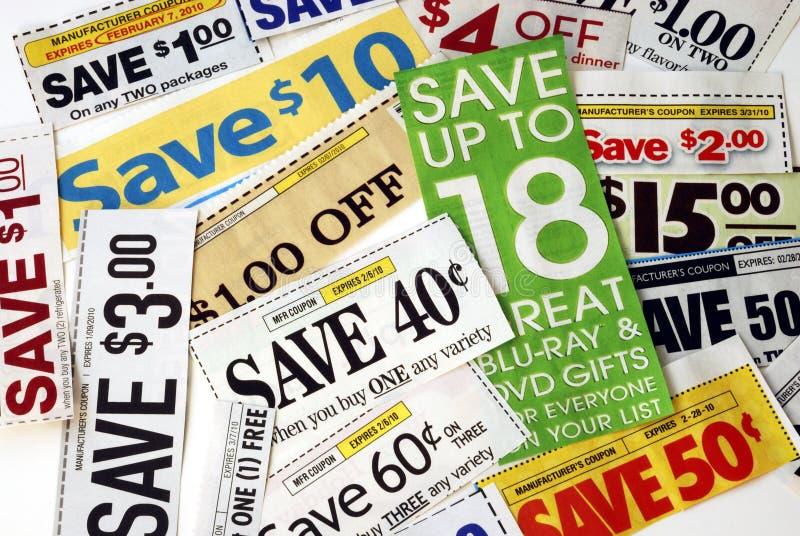 Corte algunas cupones para salvar el dinero imagen de archivo