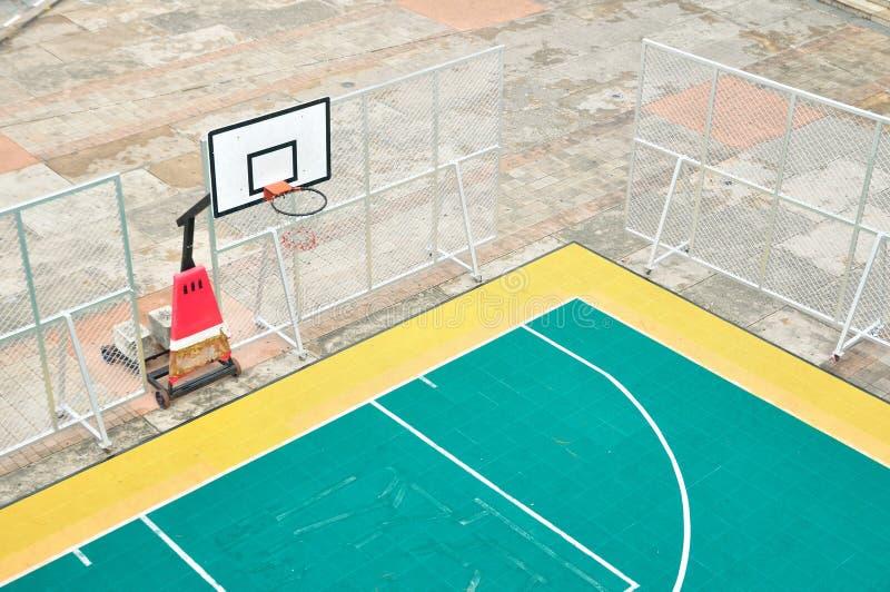 Corte all'aperto, pallacanestro della palla del canestro della via fotografia stock