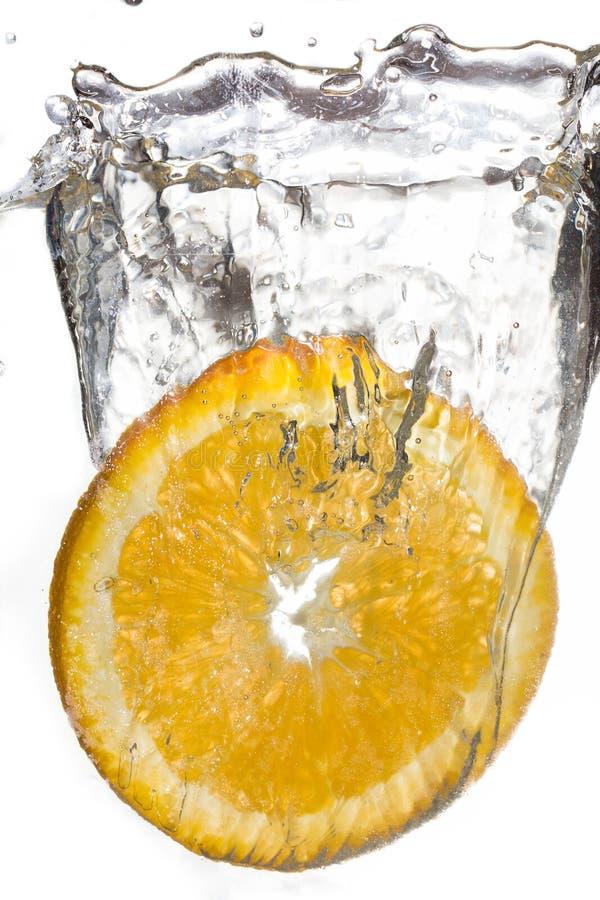 Corte caer anaranjada en el agua imagenes de archivo