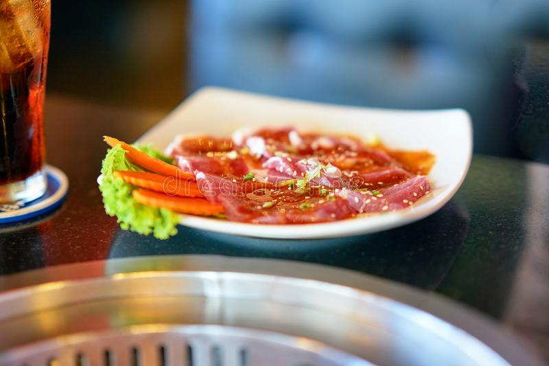 Corte a carne da carne na placa para o estilo japonês da grade imagem de stock
